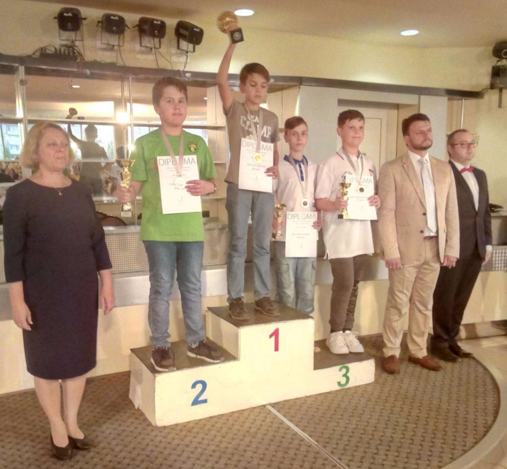 Tamerlan-Akhmerov-_v-tsentre_-na-pedestale_-gruppa-mini_kadety-do-14-let_ejw_1280
